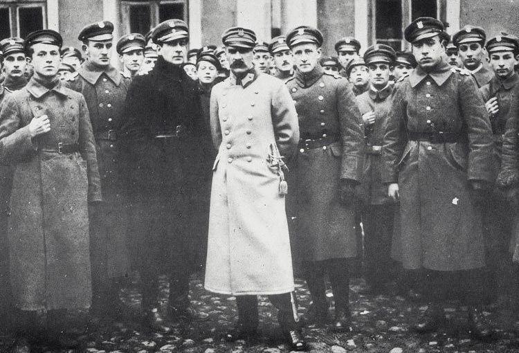 Po powrocie 10 listopada 1918 r. do Warszawy Piłsudski niemal natychmiast stał się głównym kandydatem do przejęcia władzy w powracającej na mapę Europy Polski.
