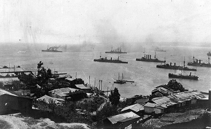 """Okręty admirała von Spee opuszczają chilijski port w Valparaiso. Zdjęcie wykonanie kilka dni po bitwie pod Coronelem. Na przedzie (czterokominowe) """"Scharnhorst"""" i """"Gneisenau"""" (źródło: domena publiczna)."""
