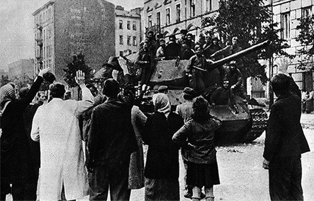 Wkraczający do Polski czerwonoarmiści szybko pokazali, że dla kobiet stanowią nawet większe zagrożenie niż żołnierze Wehrmachtu. Na ilustracji mieszkańcy warszawskiej Pragi witają czerwonoarmistów w sierpniu 1944 r. (źródło: domena publiczna).