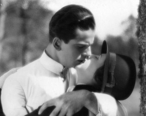 Delikatny pocałunek. Szczyt namiętności w przedwojennym kinie.