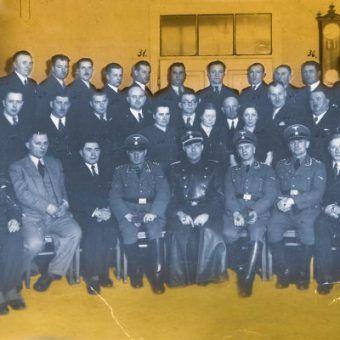 Warszawska policja kryminalna. Zdjęcie z 1942 roku (domena publiczna).