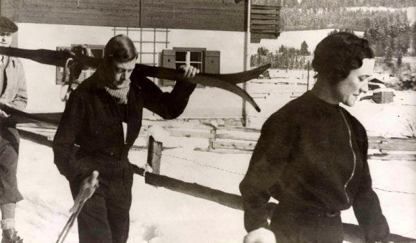 Wybranka księcia Walii nie mogła pokazać się na nartach we fryzurze innej niż wykonana przez Antoine'a (fot. domena publiczna).
