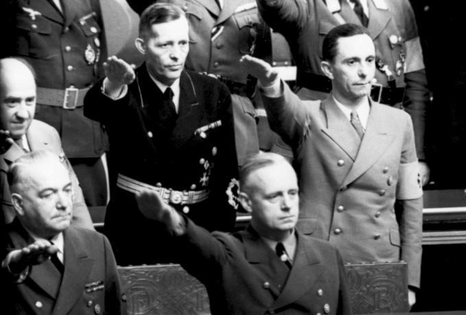 Szukając sposobów załatania dziury budżetowej minister skarbu Lutz Schwerin von Krosigk (na zdjęciu w ciemnym mundurze) już w 1935 r. rozpisał wśród urzędników swojego resortu konkurs na najlepszym pomysł na dodatkowy wyzysk Żydów (źródło: Bundesarchiv; lic. CC ASA 3.0).