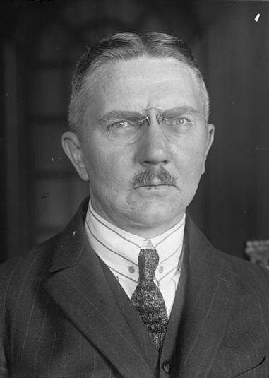 """Hjalmar Schacht, to on jako prezes Reichsbanku i minister gospodarki (1934-1937), był głównym architektem niemieckiego """"cudu"""" gospodarczego (źródło: Bundesarchiv; lic. CC ASA 3.0)."""