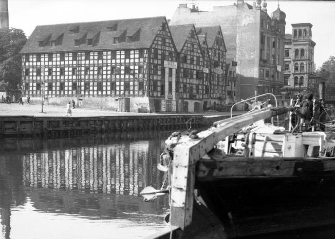 O skali sowieckich rabunków na zajmowanych terytoriach świadczy chociażby to, że z samej Bydgoszczy do ZSRR miało być wywiezionych 30 dużych zakładów. Podobnie jak około 250 jednostek pływających wchodzących w skład flotylli Kanału Bydgoskiego (źródło: domena publiczna).