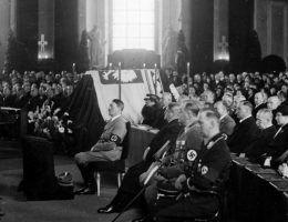 Adolf Hitler w czasie mszy żałobnej za duszę Józefa Piłsudskiego w berlińskiej katedrze św. Jadwigi