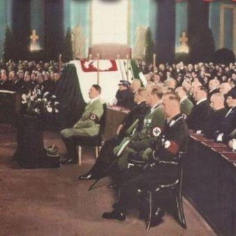 Adolf Hitler w czasie mszy żałobnej za duszę Józefa Piłsudskiego w berlińskiej katedrze św. Jadwigi (źródło: domena publiczna).