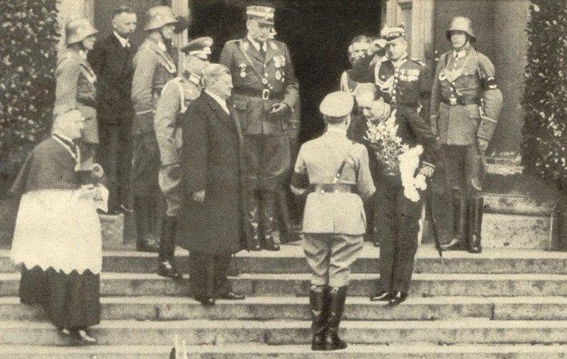 Polski ambasador w Niemczech Józef Lipski wita Adolfa Hitlera na stopniach berlińskiej katedry św. Jadwigi tuż przed rozpoczęciem mszy żałobnej za duszę Józefa Piłsudskiego (źródło: domena publiczna).
