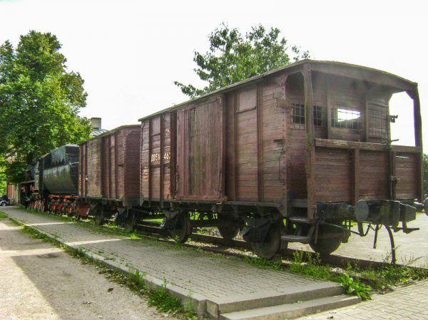 Kilka wyczerpujących tygodni w takim wagonie i od razu do roboty (fot. Albert Jankowski, domena publiczna).