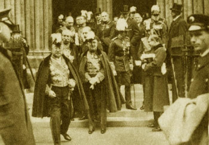 Uczestnicy uroczystej mszy żałobnej w Londynie opuszczają kościół św. Jakuba (źródło: domena publiczna).