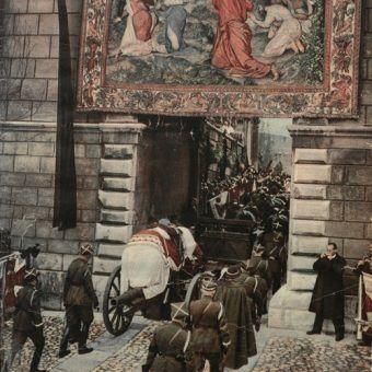 Trumna ze zwłokami Józefa Piłsudskiego wjeżdża na Wawel (źródło: domena publiczna).