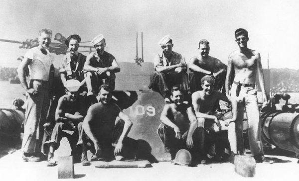 Podporucznik John F. Kennedy (stoi po prawej) ze swoją załogą w 1943 roku (fot. ze zbiorów U.S. National Archives, domena publiczna),