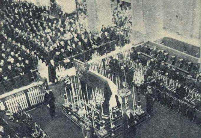 Uroczystość żałobna ku czci Józefa Piłsudskiego odprawiona 18 maja 1935 roku w paryskim kościele garnizonowym św. Ludwika (źródło: domena publiczna).