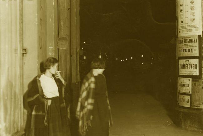 Seks oralny był jedną z popularniejszych usług świadczonych przez prostytutki. Szczególnie chętnie korzystali z niego mężowie znudzeni swoim życiem erotycznym. Na zdjęciu z połowy lat 20. dwie warszawskie damy lekkich obyczajów (źródło: domena publiczna).