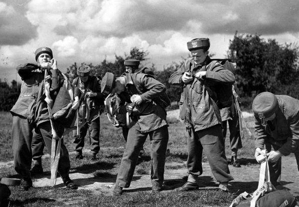 Szkolenie żołnierzy generała Sosabowskiego obejmowało oczywiście również oddanie odpowiedniej liczby skoków ze spadochronem.