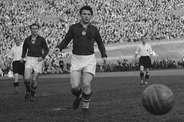 Nándor Hidegkuti i Ferenc Puskás musieli zmienić nazwiska, by grać w węgierskiej reprezentacji (fot. Wim van Rossem / Anefo, ze zbiorów Nationaal Archief, CC BY-SA 3.0).