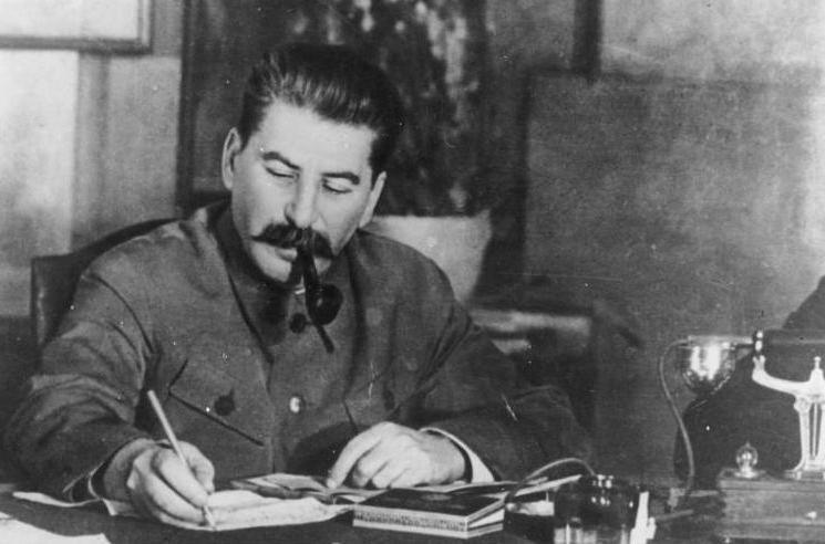 Decyzja Stalina sprawiła, że Armia Czerwona zachowywał się w Polsce jak na podbitym terytorium. Najlepszym tego dowodem była planowa grabież na ogromną skalę (źródło: Bundesarchiv; lic. CC ASA 3.0).