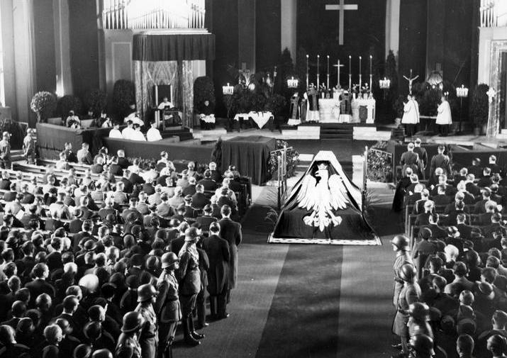 Symboliczna trumna Józefa Piłsudskiego w katedrze św. Jadwigi (źródło: domena publiczna).