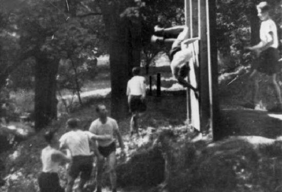 """Żołnierze 1. Samodzielnej Brygady Spadochronowej w czasie pokonywania jednej z licznych przeszkód, którymi wypełniony był """"małpi gaj (źródło: domena publiczna)."""
