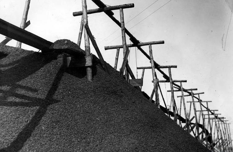 Szczególne znaczenie dla Sowietów miał śląski węgiel. Tylko od 1 kwietnia do 1 czerwca 1945 roku planowali oni wywieźć do ZSRR aż 975 tys. ton czarnego złota (źródło: domena publiczna).