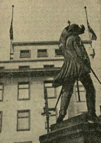 Po śmierci Piłsudskiego w Niemczech nie wprowadzono żałoby narodowej. Hitler jednak rozkazał w dniach 13 i 18 maja opuścić sztandary do połowy masztu. Na zdjęciu właśnie taka flaga na Kancelarii Rzeszy (źródło: domena publiczna).
