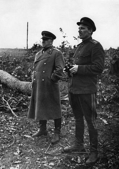 Marszałek Gieorgij Żukow (z lewej) był bardzo zadowolony z zajęcia na terytorium Polski wielu cukrowni i gorzelni (źródło: domena publiczna).