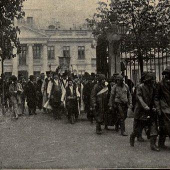 """Uroczyste delegacje w drodze z Belwederu na Pola Mokotowskie. Obchody 3 maja w 1925 roku (fot. """"Nowości Ilustrowane"""")."""