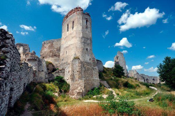Ruiny zamku w Čachticach (węg. Csejte) co roku odwiedzają rzesze turystów (fot. LMih, CC BY-SA 3.0).