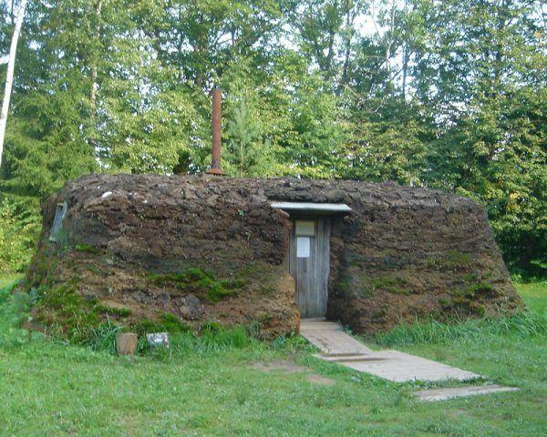 """W takich """"domach"""" mieszkali często zesłańcy (fot. Mick, CC BY-SA 2.0."""