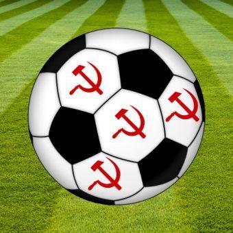 Socjalistyczna piłka nożna – tryumf centralnego sterowania (fot. trawy AdamKR, CC BY-SA 2.0; piłka Pumbaa80, CC BY-SA 3.0; sierp i młot, odder, domena publiczna).