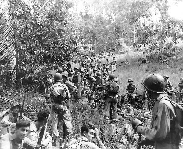 Amerykańscy marines w czasie wypoczynku w 1942 r. W.P. Hitler pragnął do nich dołączyć (fot. U.S. Navy, obecnie w zbiorach National Archives, domena publiczna).