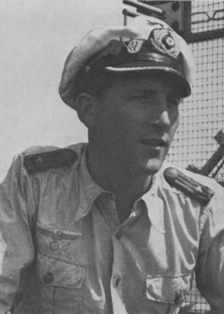 """Herbert A. Werner na pomoście U-953, z tyłu widoczna chowana antena radaru. Zdjęcie i podpis pochodzą z książki """"Żelazne Trumny"""" (Finna 2015)."""