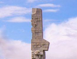 Pomnik Obrońców Wybrzeża, upamiętniający między innymi żołnierzy walczących na Westerplatte. Wokół tej batalii narosło wiele mitów, które obecnie weryfikują najnowsze ustalenia historyków. (fot. Roman Sidorski).