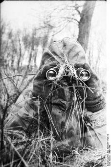 Nie przegap żadnego szczegółu (fot. Bundesarchiv, Bild 101I-297-1728-12 / Kurth / CC-BY-SA).