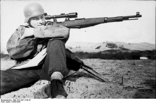 Niemcom również nie brakowało snajperów (fot. Bild 101I-297-1728-37 / Kurth / CC-BY-SA).