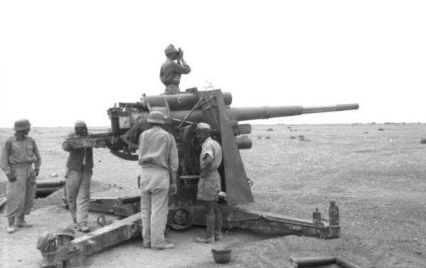 Słynne działo przeciwlotnicze kal. 88 mm było śmiertelnie niebezpieczne dla czołgów (fot. Bundesarchiv, Bild 101I-443-1574-26 / Ernst A. Zwilling / CC-BY-SA).