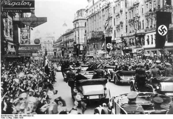 Tak Austriacy witali wojska niemieckie w Wiedniu w marcu 1938 roku (fot. Bundesarchiv, Bild 146-1985-083-10 / CC-BY-SA).