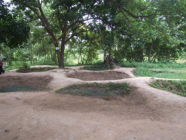 Masowe groby na polu śmierci Choeung Ek (fot. Brad Barnes, CC BY 3.0).