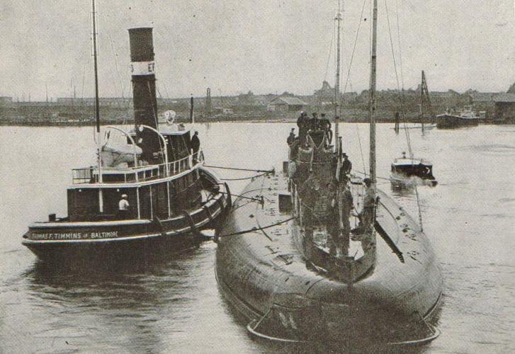 """Okręt podwodny """"Deutschland"""". Zdjęcie wykonane w czasie jego postoju w amerykańskim porcie New London (źródło: domena publiczna)."""