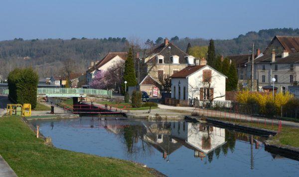 Tak wygląda dziś Kanał Burgundzki w Montbard (fot. Pline, CC BY-SA 3.0).