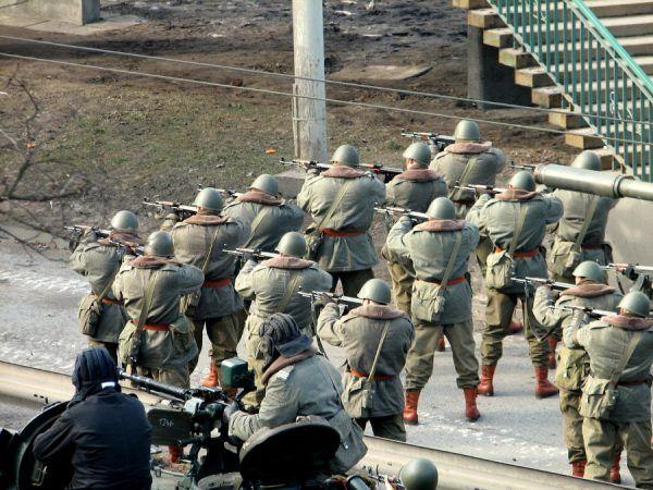 """Czy wojsko odegrało podwójną rolę w Grudniu '70? (Inscenizacja na planie filmu """"Czarny czwartek""""; fot. Starscream, CC BY-SA 3.0)."""