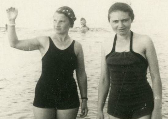 Dwie kobiety i dziecko w wodzie. Stanisław Kurkiewicz na tym zdjęciu na pewno dopatrzyłby się czegoś podejrzanego (źródło: domena publiczna).