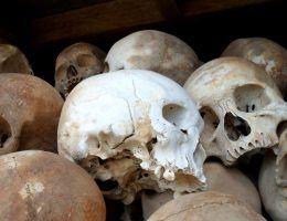 Czaszki ofiar obozu Tuol Sleng robią dziś nie mniejsze wrażenie niż włosy ofiar Auschwitz (fot. Sigmankatie, CC BY-SA 3.0).