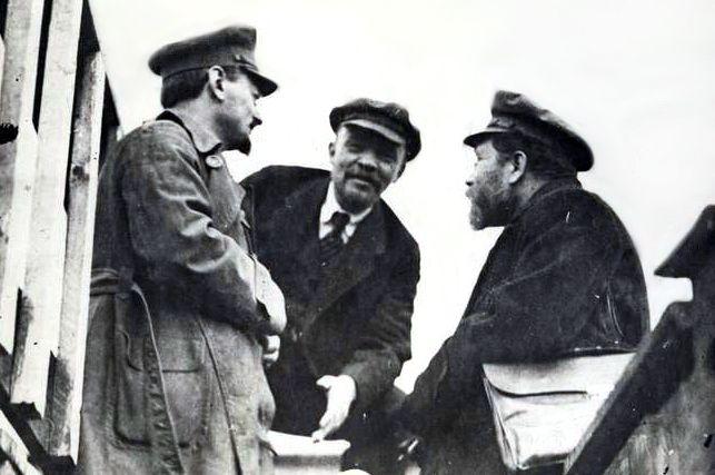 Lew Kamieniew był jednym z najbliższych współpracowników Lenina. Nie może zatem dziwić, że to właśnie jemu przypadły negocjacje z Brytyjczykami. Na zdjęciu wykonanym w maju 1919 r. od lewej: Lew Trocki, Włodzimierz Lenin i Kamieniew (źródło: domena publiczna).