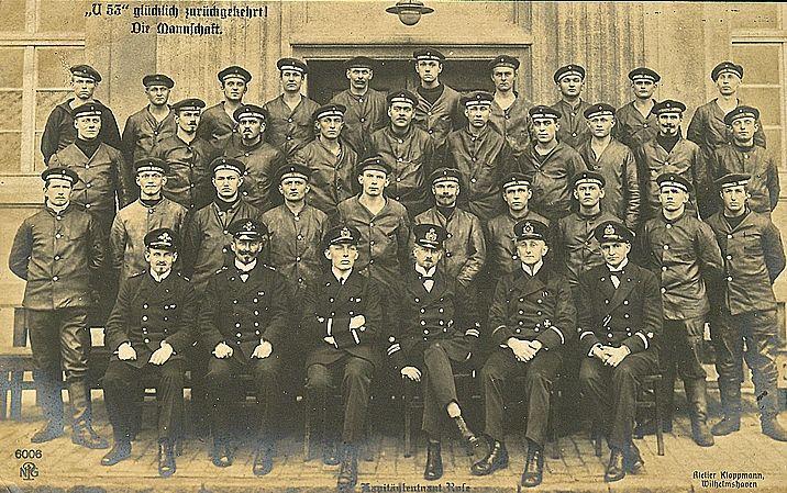 Załoga U-53 w komplecie. Trzeci od prawej siedzi kpt. Hans Rose (źródło: domena publiczna).