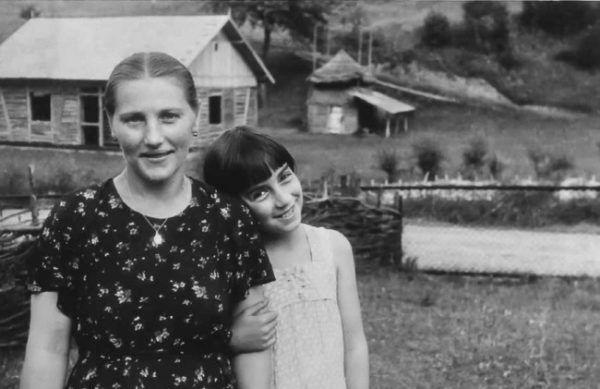 """Alina wraz ze swoją służącą """"Malcią"""". Fotografia z książki """"Dziewczyny z Syberii""""."""