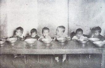Dzieci podczas posiłku w łagrowym sierocińcu (fot. domena publiczna).