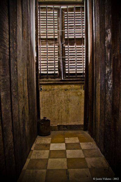 Takie komfortowe warunki zapewniano więźniom w Tuol Sleng (fot. Justin Vidamo, CC BY 2.0).