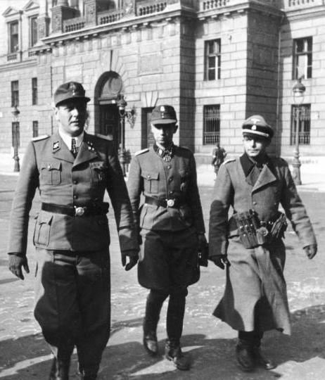 Adrian von Fölkersam (z prawej) wspólnie z Otto Skorzenym. Budapeszt 1944 (fot. Bundesarchiv, Bild 101I-680-8283A-30A / CC-BY-SA).