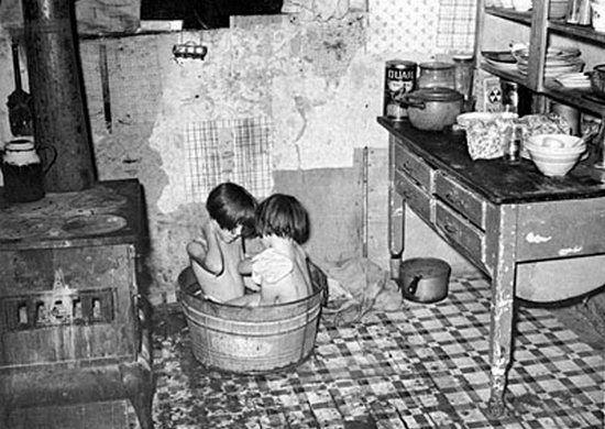 Zdaniem Stanisława Kurkiewicza kąpiel to jeden z tych momentów kiedy dziecko było szczególnie narażone na molestowanie (źródło: domena publiczna).